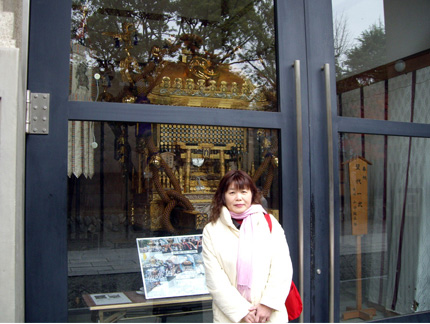 図2 日本一の黄金神輿の前.jpg