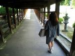 ●回廊をくだり御釜殿を目指す佐藤●.jpg