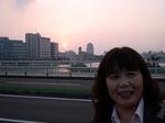 図7 くにびき大橋で沈む夕陽を背に.jpg
