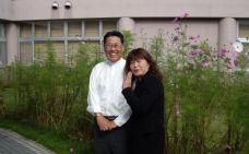 図3 小林施設長(左)と佐藤コスモス.jpg