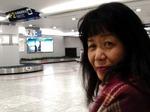 ●福岡空港で荷物を待つ佐藤●.jpg