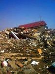 ●つぶされた家の上に、流れてきた家が乗っかった●.jpg